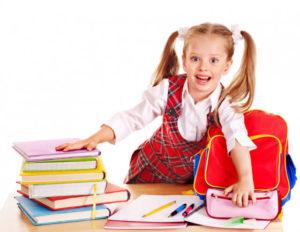 Školák balící si pomůcky do aktovky