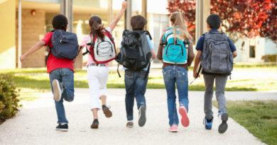 Děti jdou do školy