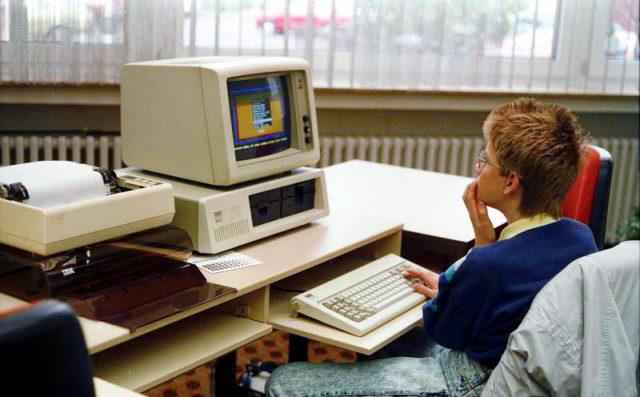 zastaralý kancelářský počítač