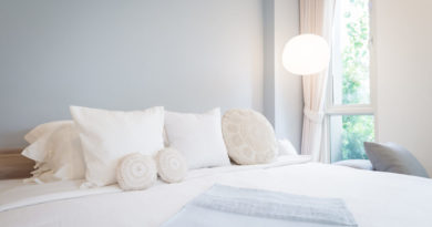 Bílá postel