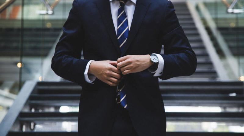 Muž v obleku s luxusními hodinkami