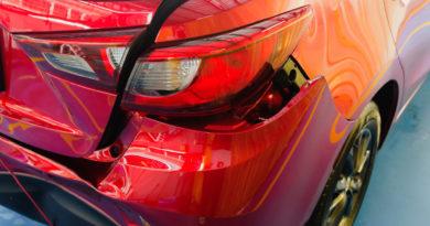 Poškozený nárazník při autonehodě