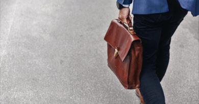 Cesta do práce s koženou taškou