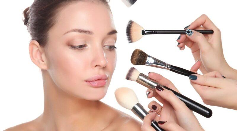 Žená s make-upem a štětcemi